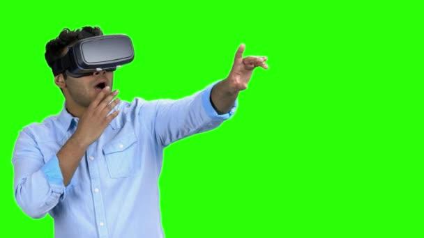 verblüffter junger Mann mit Virtual-Reality-Brille.