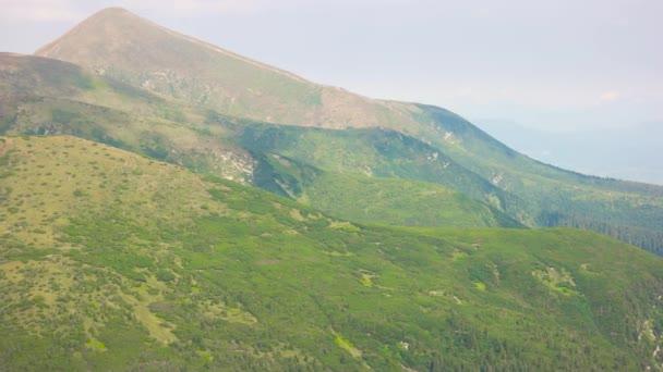 Nádherné panorama zelených Mlžné hory.
