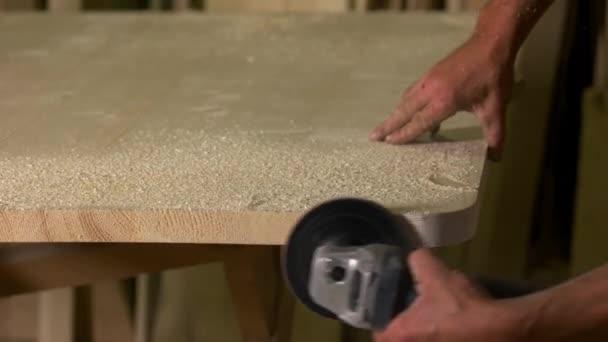 Ruce tesaře leštičky dřevěné prkně.