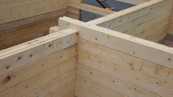 výstavba dřevěného domu.