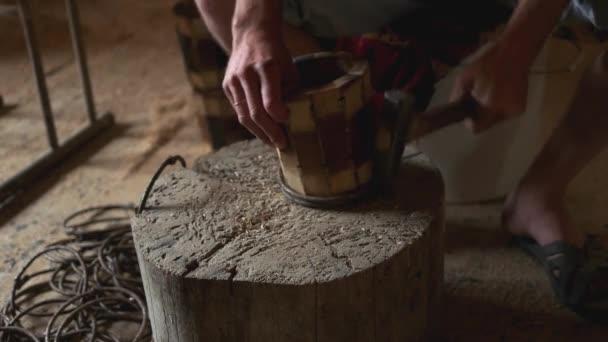 Tesař dělá dřevěný džbánek.