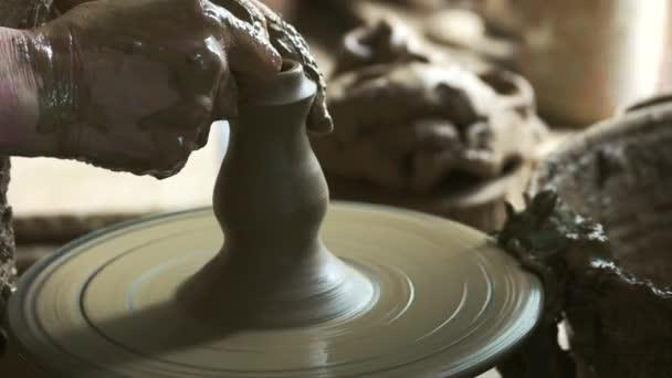 Männliche Hände machen Keramikvase in Keramik-Werkstatt.