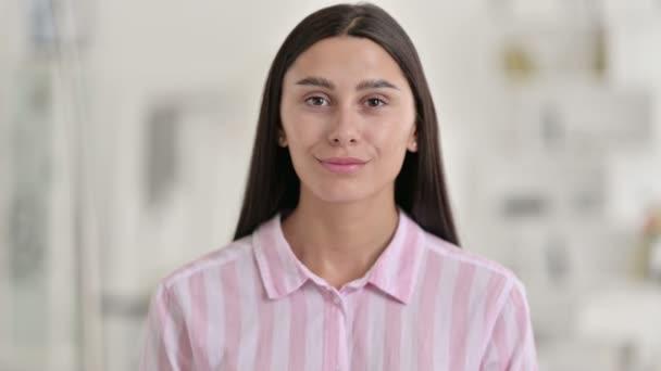 Porträt der schönen jungen Lateinerin mit spitzen und einladenden Augen