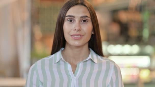 Porträt einer selbstbewussten jungen Lateinerin, die pointiert und einladend wirkt
