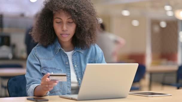 Online fizetés laptopon keresztül vele afrikai nő a munkahelyen