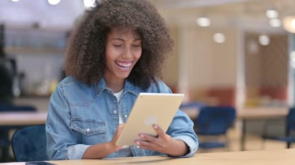 Africká žena dělá video chat na tabletu v práci