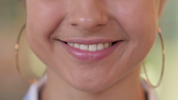 Detailní záběr úst usmívající se mladé indické ženy