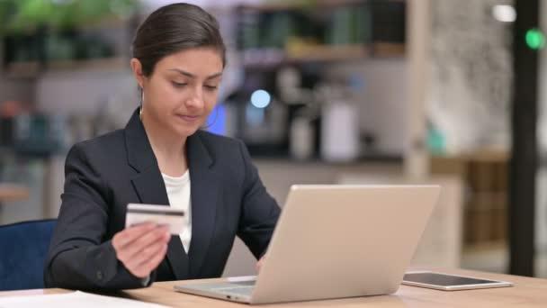 Indiai üzletasszony, amelynek online fizetési hiba Laptop az irodában