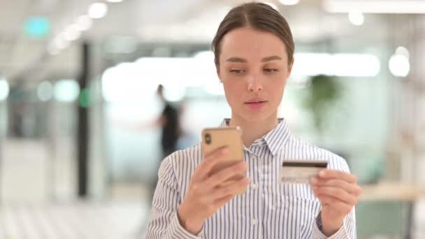 Portré a sikeres online fizetés Smartphone által Woman