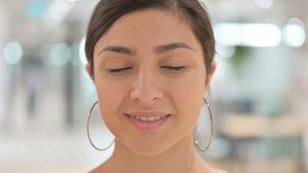 Detailní záběr na tvář indické ženy s úsměvem na kameru
