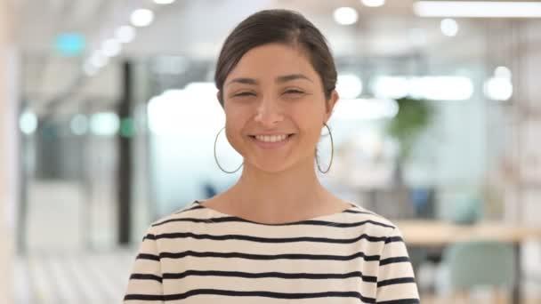 Porträt einer fröhlichen Indianerin, die in die Kamera winkt
