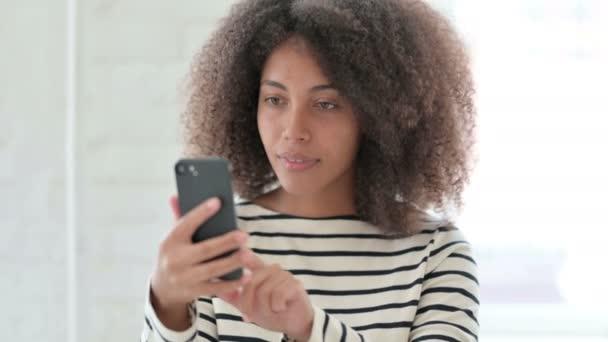 Porträt einer Afrikanerin beim Videoanruf auf dem Smartphone