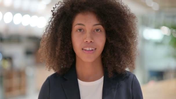 Schöne junge afrikanische Geschäftsfrau mit Pointen und Einladungen