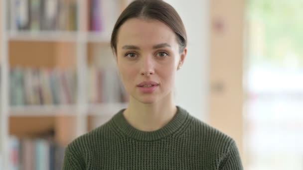 Porträt einer einladenden jungen Frau
