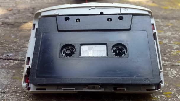 A Vintage fekete hangszalag a magnót forog