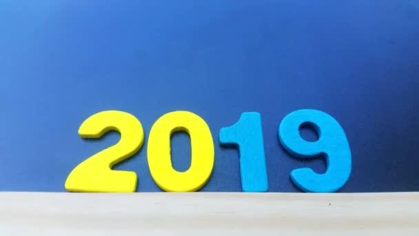 Boldog új évet 2019. Színes számok a fekete háttér