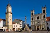 Kostel sv. Františka Xaverského, náměstí, centrum města, morový sloup, Banská Bystrica, Slovensko.