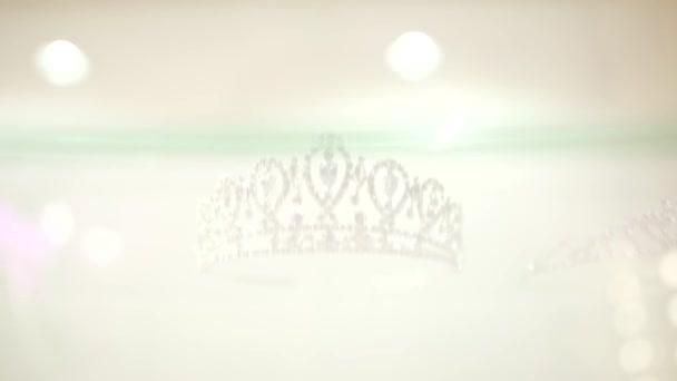 Hihetetlen diadém gyönyörű csillogó tiara csodálatos fej ékszerek korona fehér háttér közelről lövés