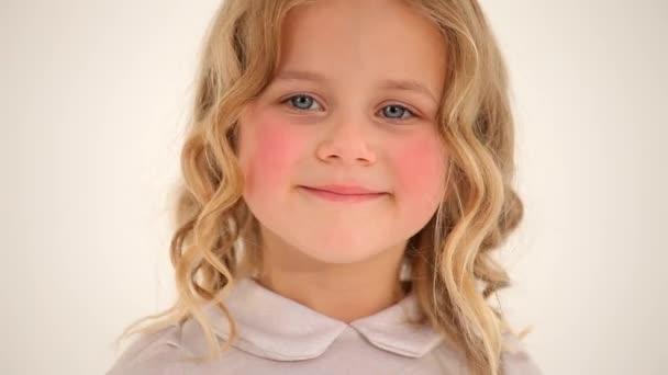 Detailní záběr roztomilé malé pěkné holčičky batole dítě s kudrnaté blond vlasy růžové tváře při pohledu na úsměv ve fotoaparátu