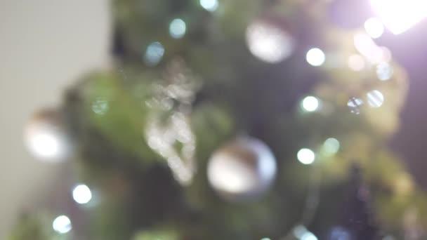 Close up defocus pohled na krásné vánoční stromeček dekorace jiskřící jasné světlo ve sváteční silvestrovské atmosféře