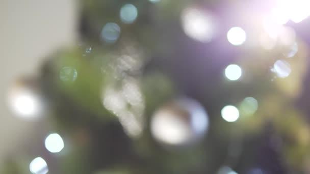 Nahaufnahme entschärft Blick auf faszinierenden Christbaumschmuck, der in festlicher Silvesteratmosphäre glitzert
