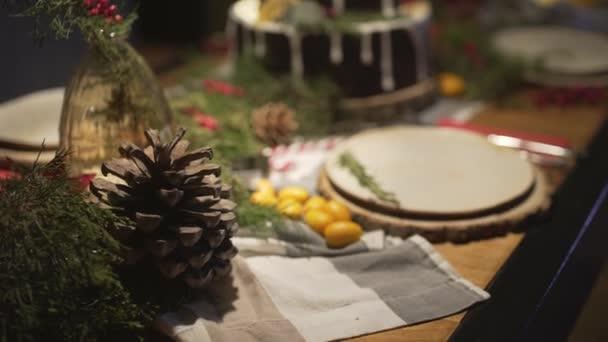 Leckere Lebkuchen auf geschmücktem Weihnachtstisch in familiärer, festlich-gemütlicher Silvester-Noel-Atmosphäre