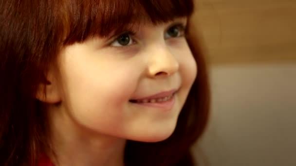 Roztomilý malý šťastný vzrušený dívka dítě dívá na obrovský dárek box s úsměvem čeká na otevření v zblízka záběr