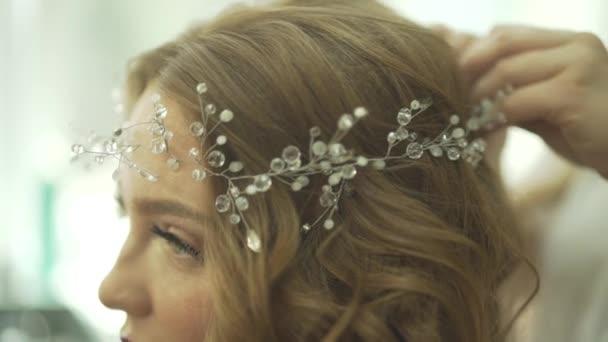 Neuvěřitelně atraktivní blond vlasy mladá žena model se chystá na party oslavu v nádherné perl šperky tiara