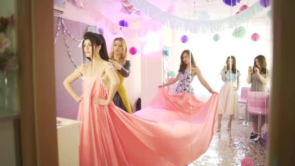 Csoport professzionális női fodrász stylist felkészítése fiatal vonzó modell rózsaszín ruha születésnapi ünneplés