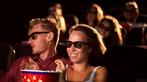 Eine Gruppe junger glücklicher attraktiver aufgeregter männlicher Freundinnen isst Popcorn und genießt das 3D-4d-Actionkino