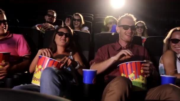 Egy csoport boldog fiatal izgatott vonzó nő férfi barátok eszik popcorn élvezi 3D 4d akciófilm mozi mozi