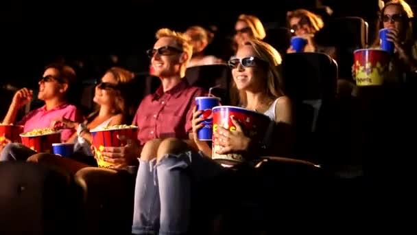 Egy csoport izgatott vonzó, fiatal, fiatal férfi barátok eszik popcorn élvezi 3D 4d akciófilm mozi mozi