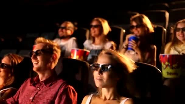 Egy csoport izgatott fiatal vonzó boldog férfi női barátok élvezi 3D 4d akciófilm színház mozi eszik popcorn