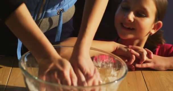 Máma ukazuje jak vařit na hnětení těsta dceru naučit se vařit a připravovat pro rodinnou večeři