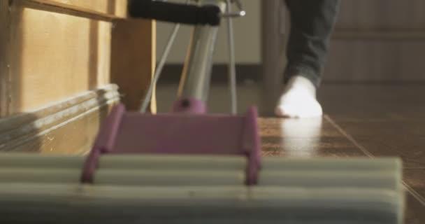 Lady úklid vytírání podlahy detail čištění podlah s mopem