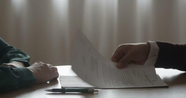 Unterzeichnung von Kauf- oder Hypothekenvertragsbedingungen mit Immobilienmakler Broker Geben Immobilienschlüssel an Kunden nach dem Kauf Vermietung Wohnung Haus Handshake
