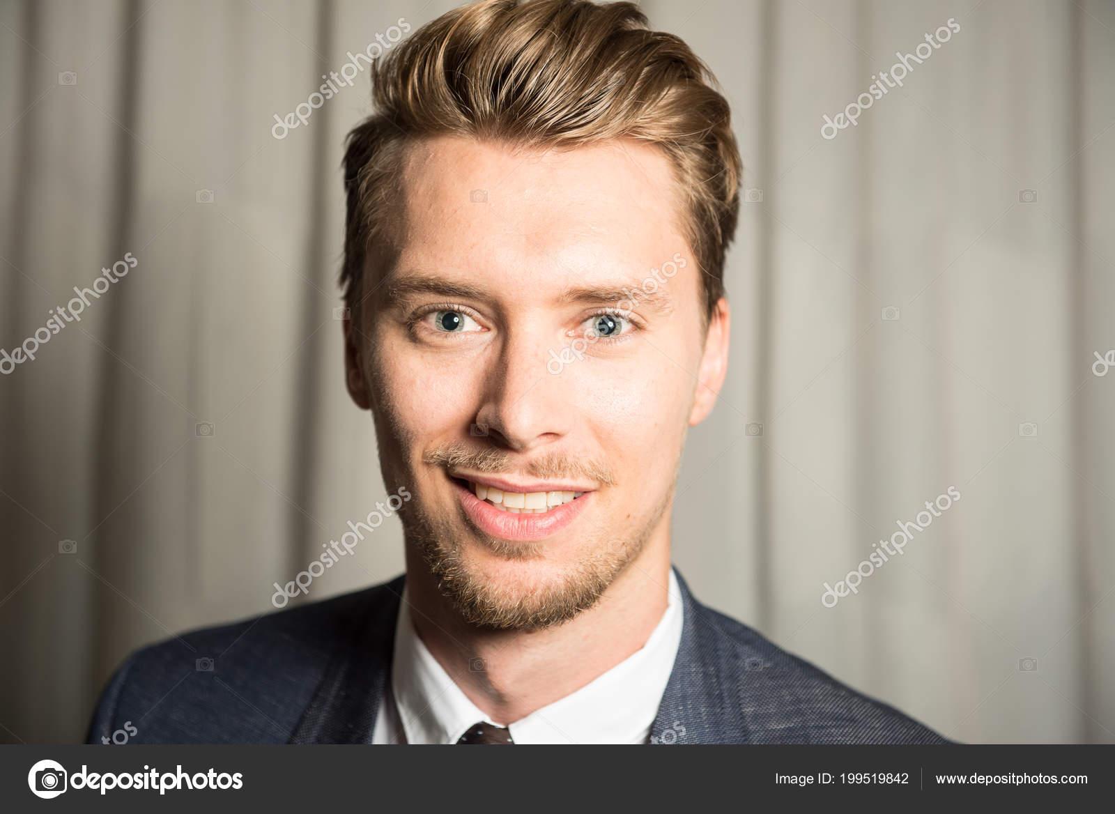 Rubios Con Ojos Azules Guapos Retrato Hombre Joven Con Ojos Azules - Pelo-rubio-hombre