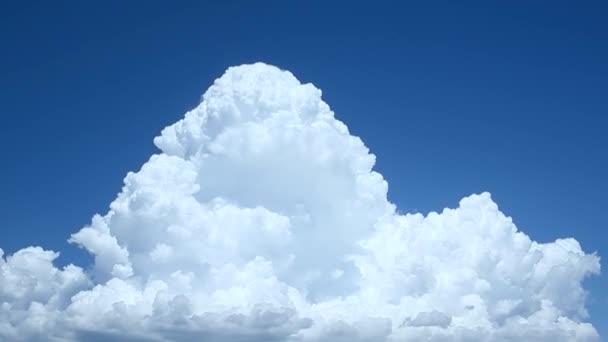 Fehér felhők száguldanak az égen, idő múlásával.