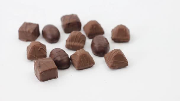 rozmanité sladkosti a bonbóny na bílém pozadí