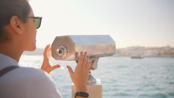 Mladí Smíšené rasy turistické dívka hledá prostřednictvím mince ovládané dalekohled na City View Point Instanbul, Turecko. 4 k životní styl cestování Slowmotion záběry.