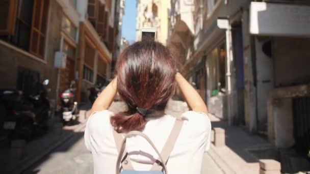 junges Mädchen mit gemischter Rasse fotografiert die Straßen von Istanbul mit dem Handy. Truthahn. 4k-Zeitlupe.