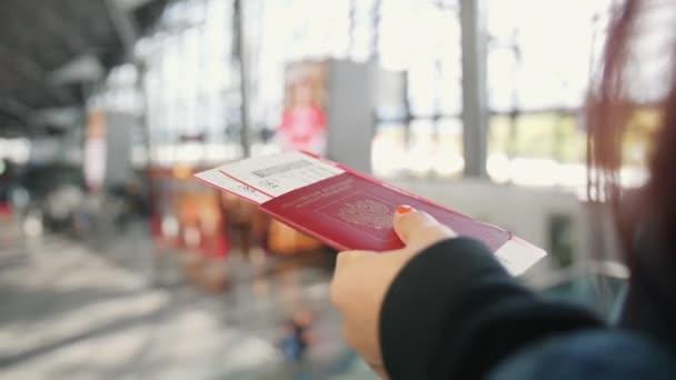 Turisztikai nő állomány Passport és a beszállókártyát Airport. 4k.