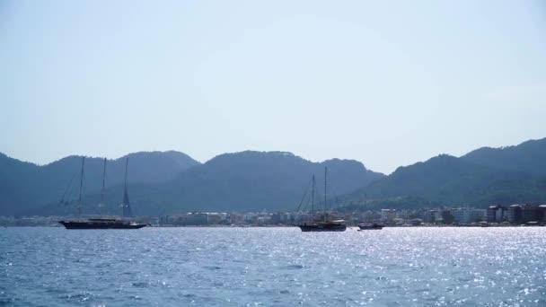Marmaris şehir limanındaki güzel yatlar. Türkiye, 4k.