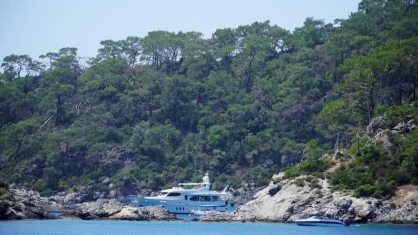 Krásné bílé jachty kotvící v úžasné zátoce. Oludeniz, Turecko, 4k