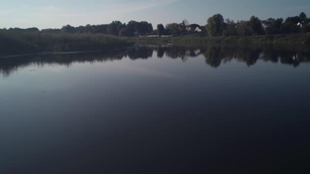 Vzdušný záběr. Rybář na dřevěné lodi chytání ryb na jezeře. 4k.