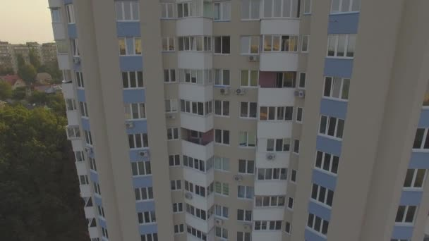 Légifelvétel. Drone lövés a modern lakások blokkok. Kijev, Ukrajna. 4k.