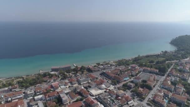 Letecký pohled na vesnici Kallithea. Halkidiki Greece. 4k