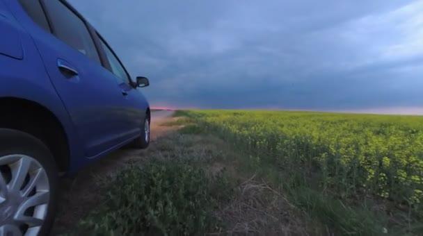Gomel, Weißrussland - 15. Mai 2018: Reno Logan blau Auto im Feld gegen einen stürmischen Himmel