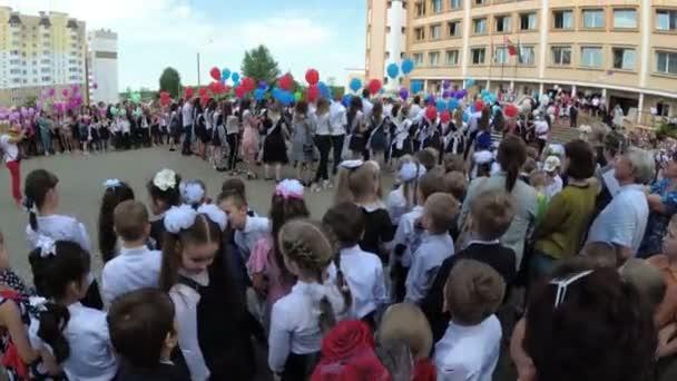 Gomel, Weißrussland - 30. Mai 2018: Feierliche Schulzeile zum Ende des Schuljahres. Letzter Aufruf.
