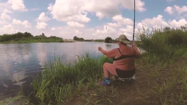 a halász halászat, a riveren egy horgászbot.